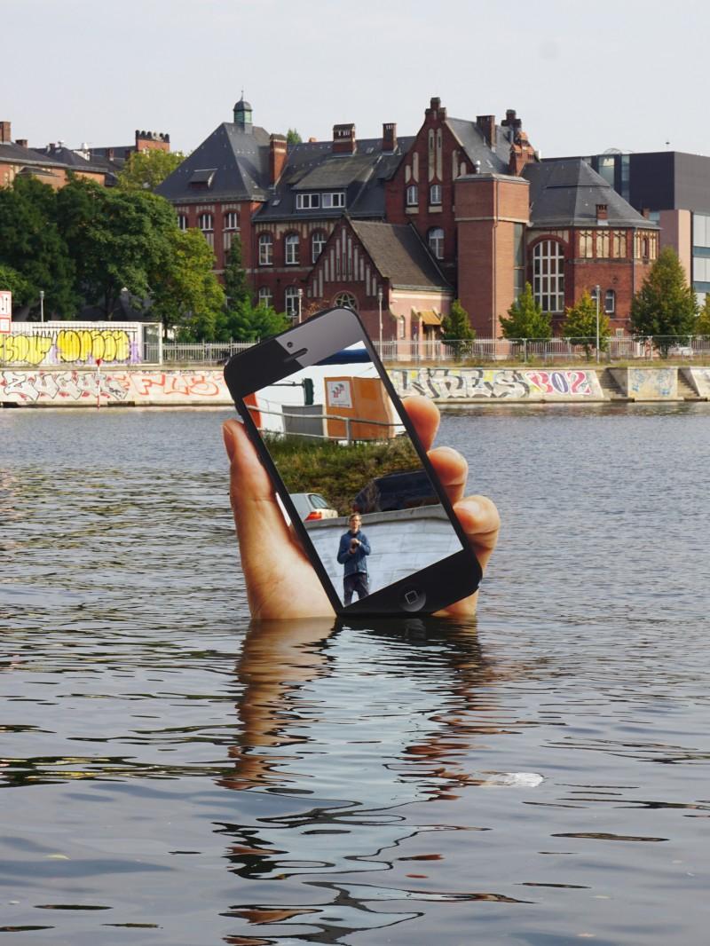Wystająca zwody ręka ziPhone'em wystarczy bywprowadzić wszystkich przechodniów wegzystencjalny niepokój