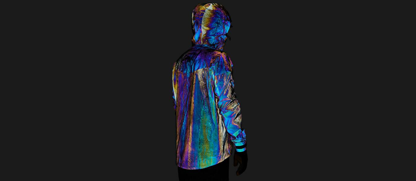 Stworzona zdwóch miliardów szklanych kuleczek kurtka odbija każdy widoczny kolor