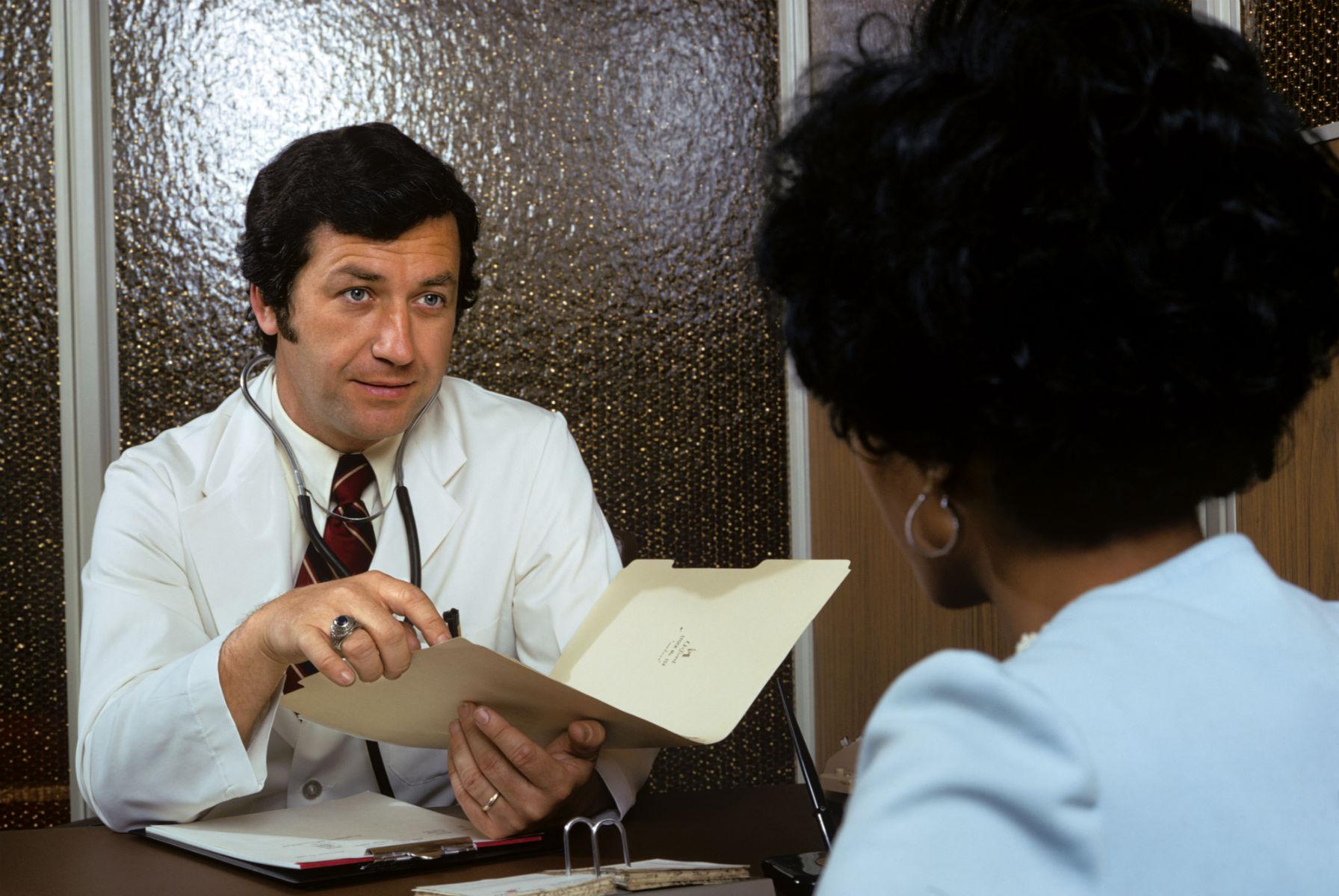 Uprzedzenia imedycyna. Jak lekarze traktują kobiety, osoby niebinarne orazinnej rasy