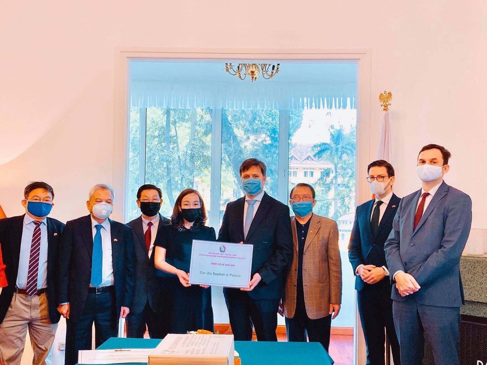 VIFON orazspołeczność wietnamska przekazały Polsce 4 tys. testów nakoronawirusa