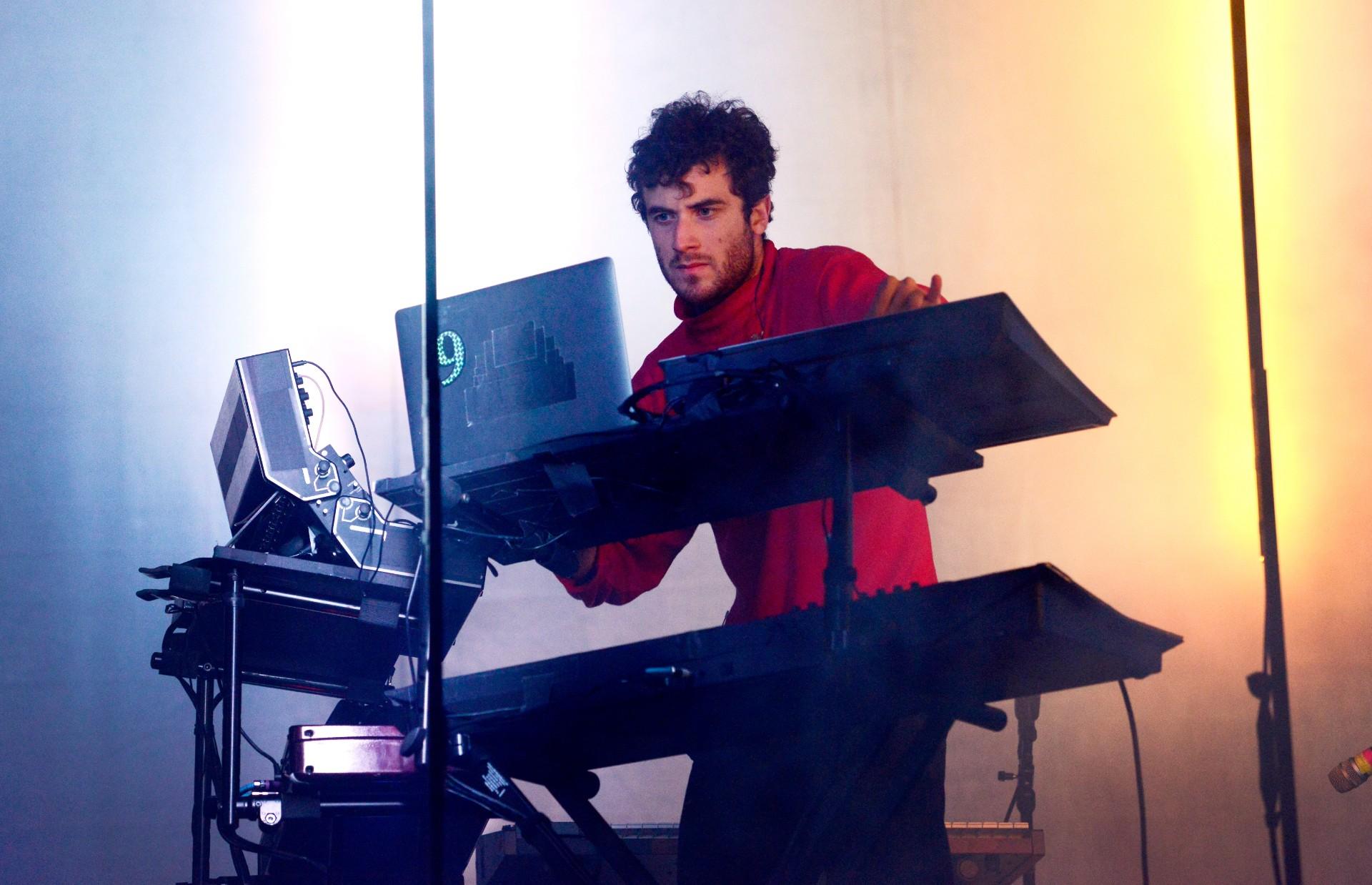 Nicolas Jaar właśnie wydał trzeci album wtym roku. Iznowu przeszedł samego siebie