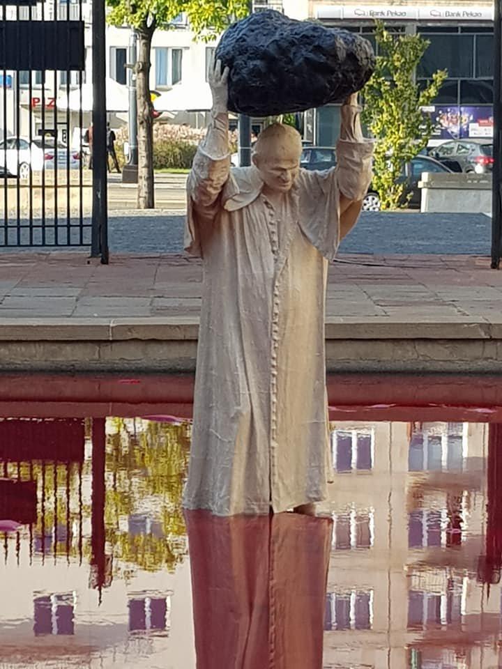 PrzedMuzeum Narodowym stanął Papież-siłacz. Todzieło autora pomnika smoleńskiego