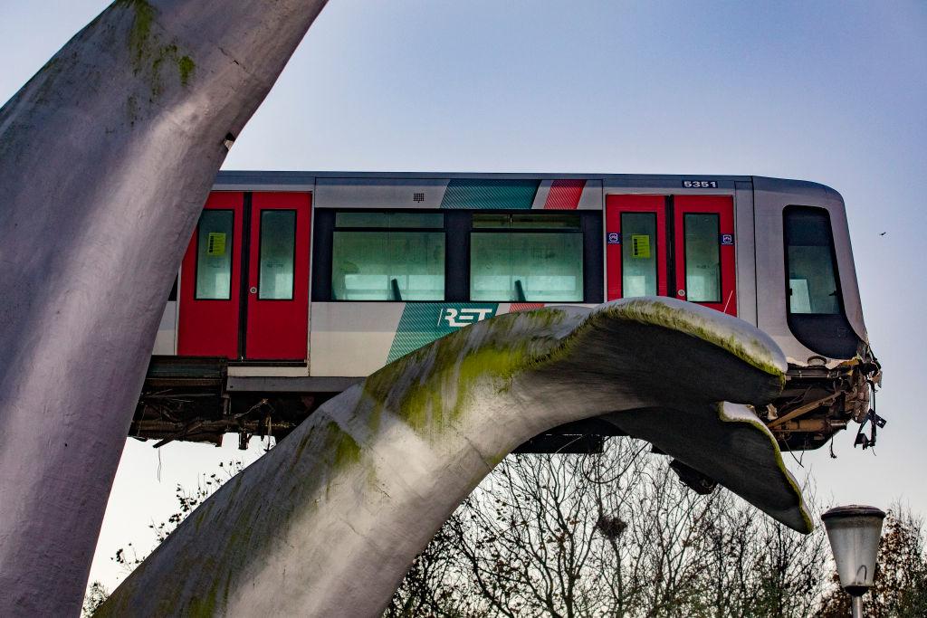Sztuka ratuje życie: Rzeźba wieloryba powstrzymała wypadek metra wRotterdamie
