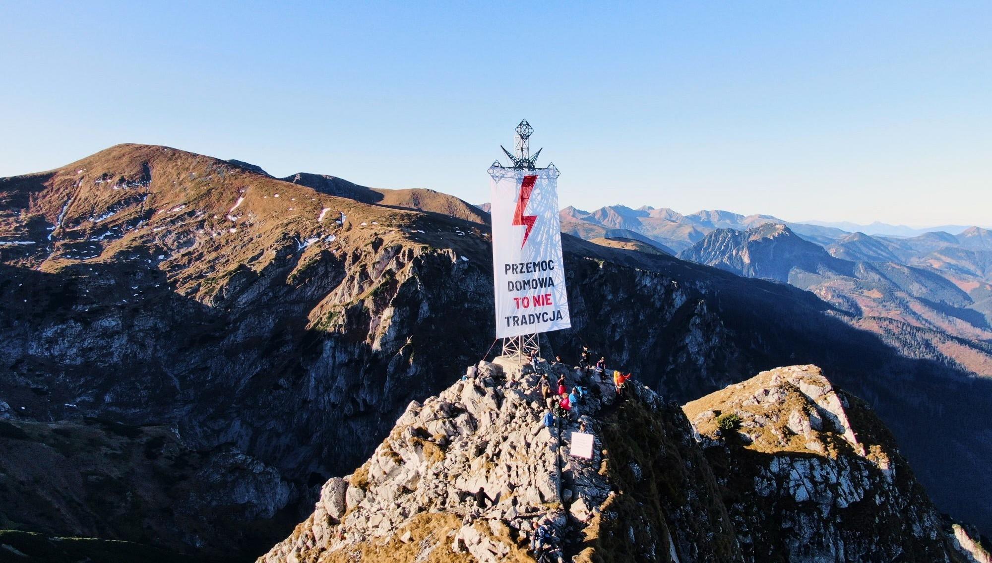 Nakrzyżu naGiewoncie zawisł wielki transparent Strajku Kobiet