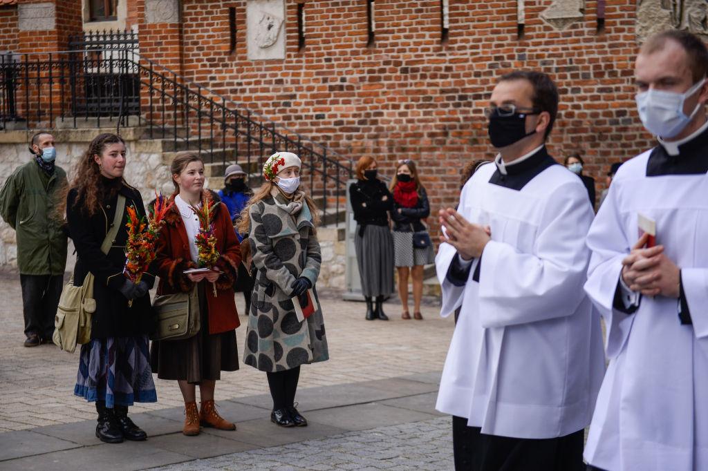 Koszyczek zCOVIDEM, czyli jak kościół katolicki zabija wirusem