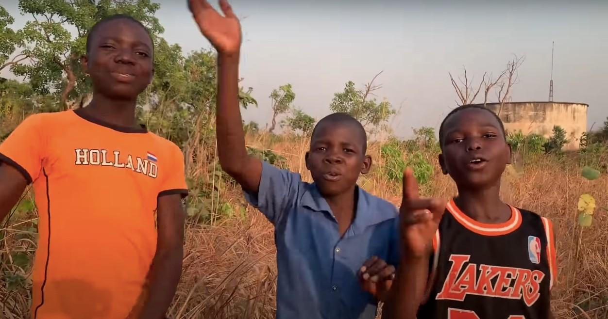 """Dzieci zAfryki śpiewają nową wersję """"Makumby"""". Oto post-kolonialny pierd jeszcze gorszy odoryginału"""