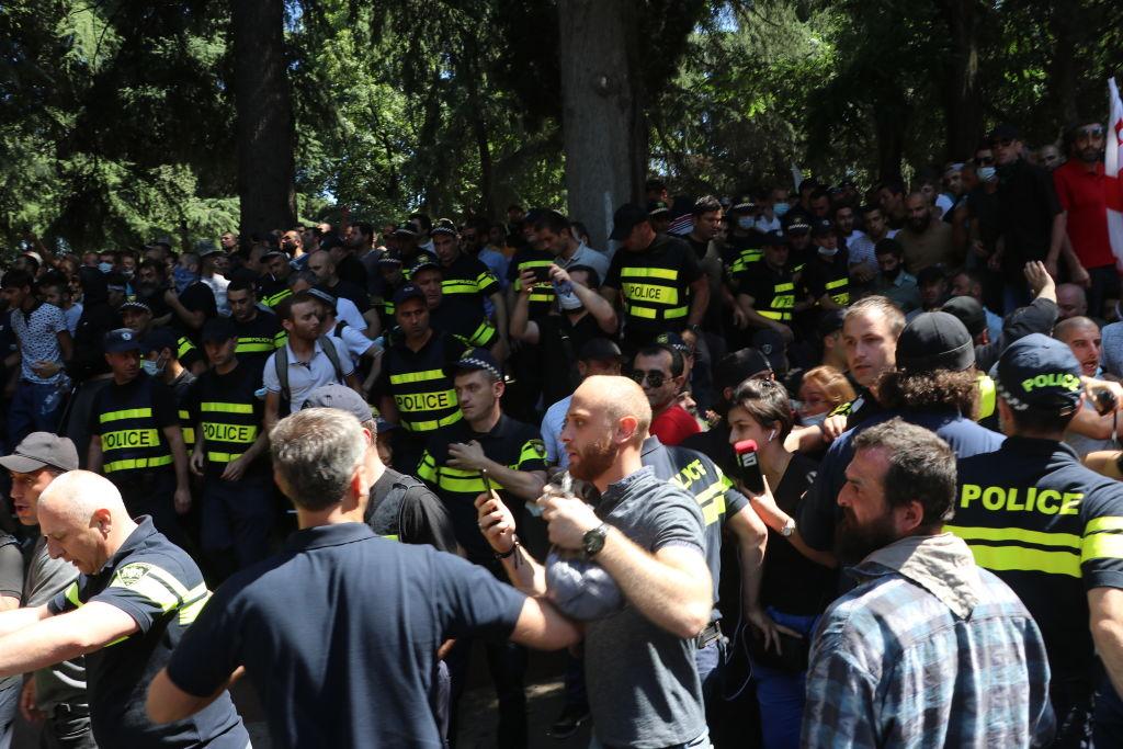 Brutalny, homofobiczny atak nasiedzibę Tbilisi Pride. Wstyd polskiego amabasadora