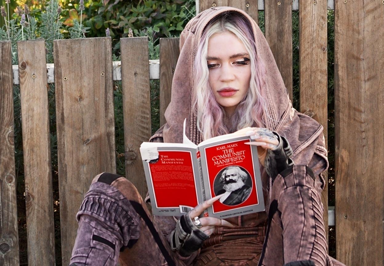 """Grimes zaczytana w""""Manifeście komunistycznym"""". Cosplay czytrolling?"""